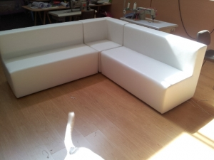 rinconera tapizada en polipiel blanco